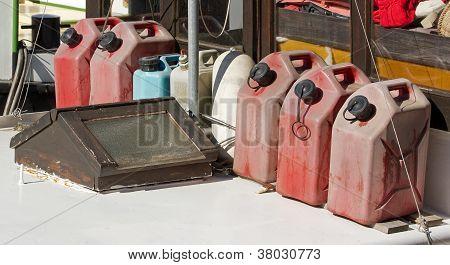 Jerry latas de combustível, reserve em um barco