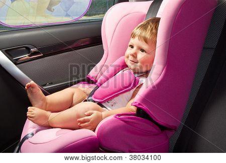 Baby in einem Autositz Sicherheit. Sicherheit und Gefahrenabwehr
