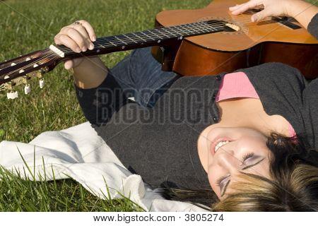 Menina tocando uma guitarra