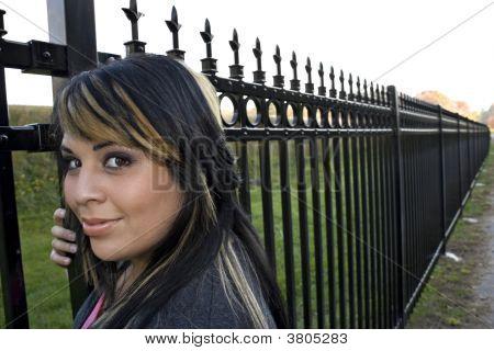 Menina por cima da muro