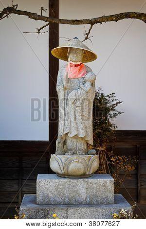 Estátuas de Buda japonês (Jizo Bodhisattva) sobre um cemitério