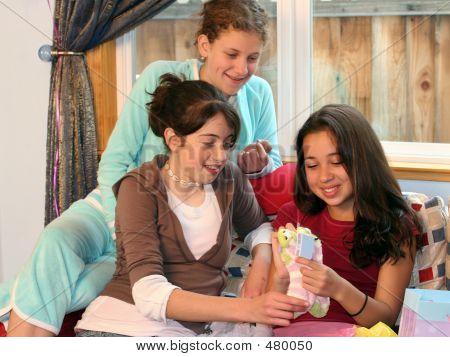Mädchen Eröffnung präsentiert auf ihrer Geburtstagsfeier