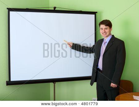 Empresario cerca de la pantalla blanca