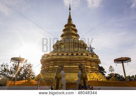 Wat Pra Chomthong Vora Vihan en mañana, Chedi en Chiangmai Tailandia