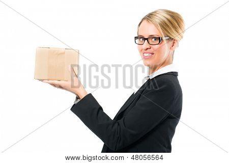 Junge Frau vor weißem Hintergrund, sie versenden ein Pakets oder würde ein Datenpaket senden, ein Symbol für lo