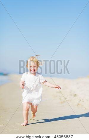 Happy Baby laufen am Strand