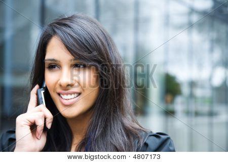 Indische geschäftsfrau am Telefon
