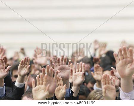 Closeup de multitud de negocios levantando manos