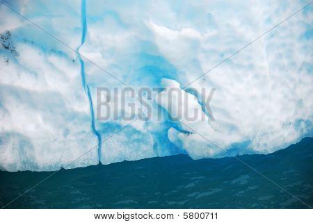 Iceberg en la bahía de los glaciares en Alaska