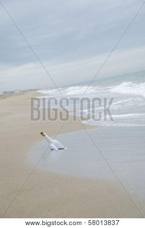 Botella con mensaje en playa