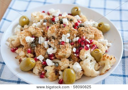 Salad with roasted cauliflower, cranberries and feta cheese