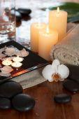 Постер, плакат: Расслабляющий спа центр с свечи орхидеи полотенца и камни