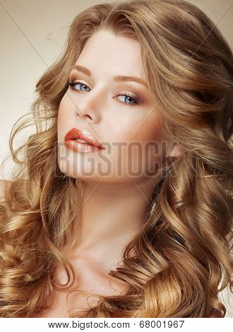 Styling. Gorgeous Fashion Model With Perfect Light Silky Hair