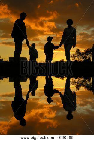 família de quatro água e pôr do sol 2