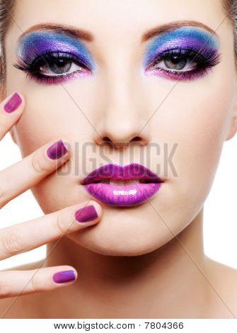 Bello rostro de mujer joven con maquillaje moda brillante