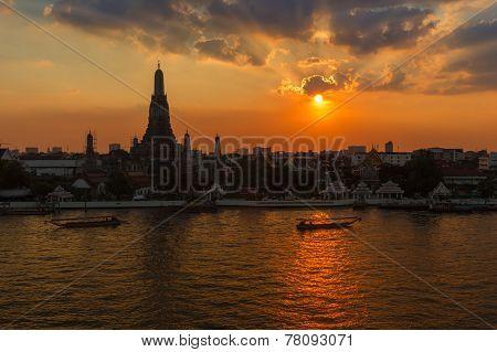 Wat Arun sihouette, Sunset across river.