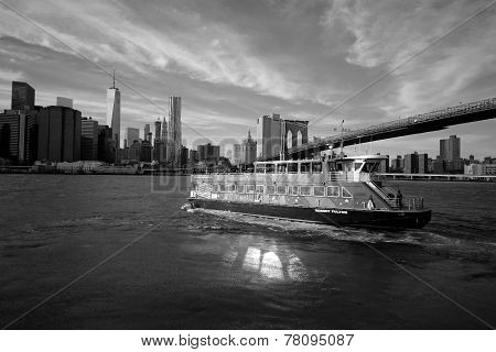City Sightseeing boat under Brooklyn Bridge
