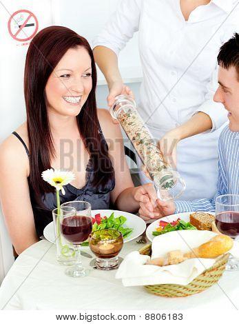 Pareja joven alegre en el restaurante