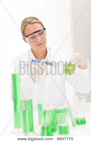 Ingeniería genética - científico en el laboratorio