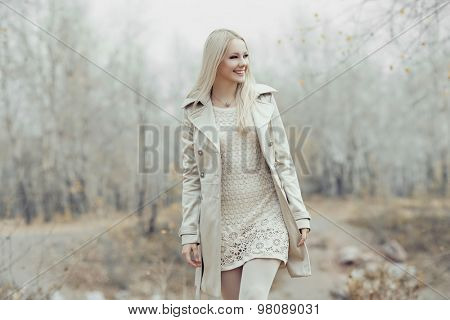 beautiful blond woman outdoor in the autumn park