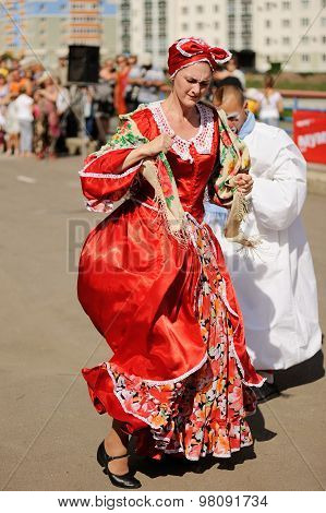 Orel, Russia, August 01, 2015: Mumu Fest, Turgenev's Story Art-festival, Mimes And Actor In Red Dres