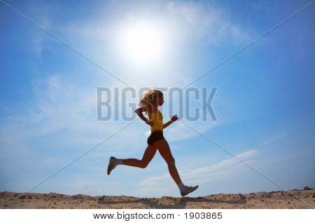 Menina corre na areia