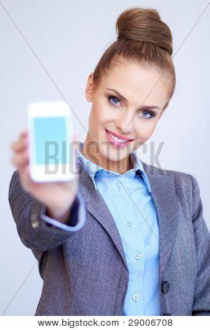 Mujer de negocios está mostrando smart phone