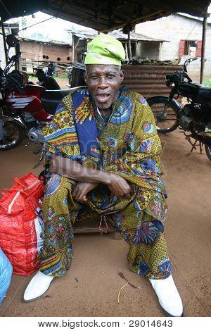 Un chamán o médico brujo en el mercado de vudú en Lomé, Togo