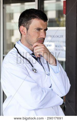 Doctor pensativo