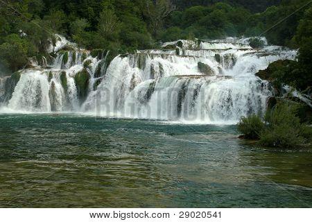 Caída de cascadas Krka (Croacia) con un total de 242 metros, el río Krka es un natural y karst phe