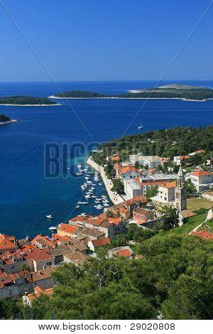 Luftbild von Marina auf der Insel Hvar, Kroatien (vertikal)