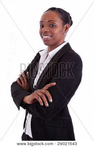 Sonriendo a empresaria afroamericana con brazos cruzados