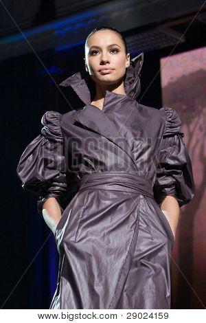 Modelo de moda en un impermeable