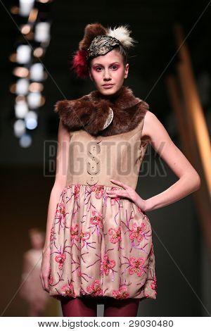Zagreb, Kroatien 1. April: Mode Modell trägt Kleidung von Fjaba auf 'Croaporter' Show, April 1,