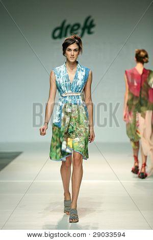 Zagreb, Kroatien 24. November: Mode Modell trägt Kleidung von Karim Bonnet auf ' Mode Woche Zack