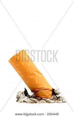 Colilla de cigarrillo aislado