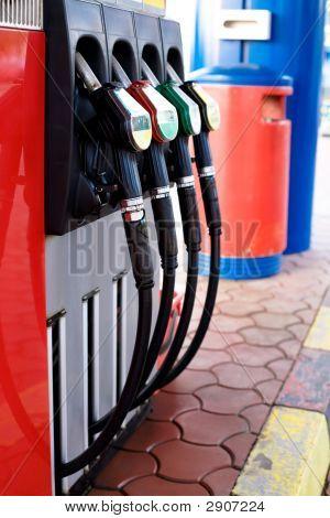 Concepto de gasolinera - boquillas