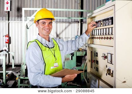 hombre caucásico técnico seeting máquina industrial