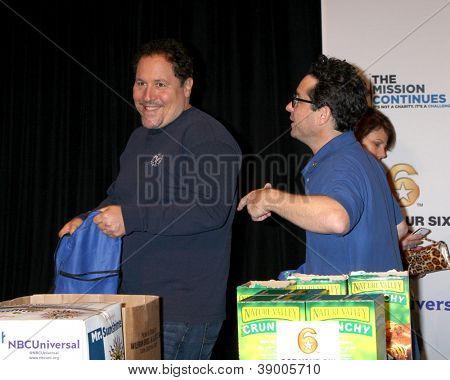 LOS ANGELES - 9 de NOV: Jon Favreau, JJ Abrams, o evento de serviço dia dos veteranos para alimentar as crianças de LA um