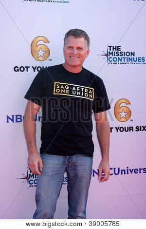 LOS ANGELES - 9 de NOV: Robert Newman no evento dia dos veteranos serviço alimentar crianças LA na Globo T