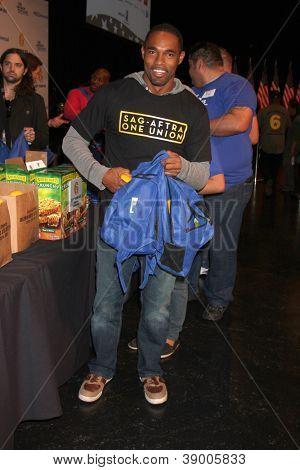 LOS ANGELES - 9 de NOV: Jason George no evento dia dos veteranos serviço alimentar crianças LA na Globo Th