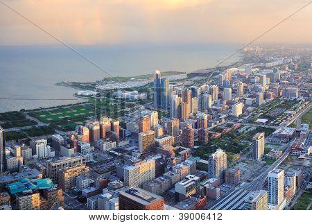 Opinión del panorama aéreo centro de Chicago al atardecer con rascacielos y el horizonte de la ciudad en Michigan lakefr