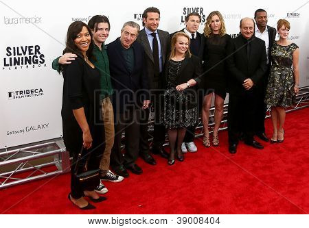 "NOVA YORK-NOV 12: Bradley Cooper e o elenco de ""Silver Linings Playbook"" assistem a estréia no"