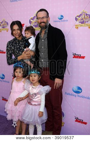 LOS ANGELES - NOV 10:  Jason Lee, family arrives at the