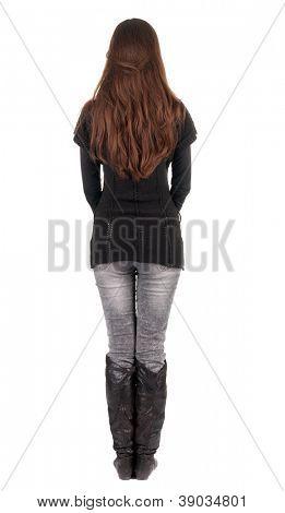 volta a vista da bela jovem de pé.  menina morena de jeans e suéter assistindo;. Traseira vi