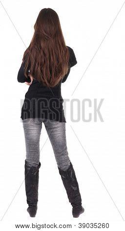 volta a vista da bela jovem de pé.  Menina Morena em assistir a camisola vermelha;. Peo de vista traseira