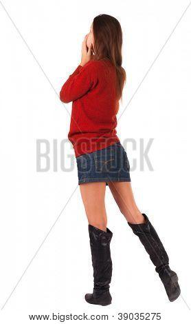 volta a vista da bela jovem de pé.  garota loira em assistir a camisola vermelha. Pessoas de visão traseira