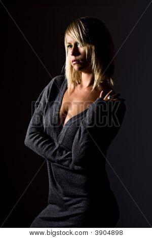 beautiful blonde Mädchen in grauen Kleid