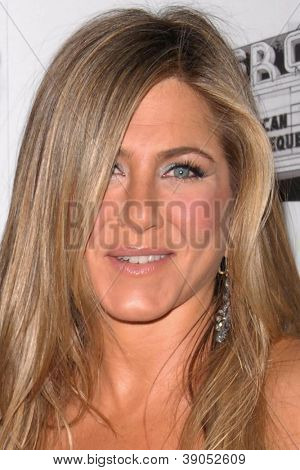 LOS ANGELES - 15 de NOV: Jennifer Aniston chega para 26 American Cinematheque Award honrando estar