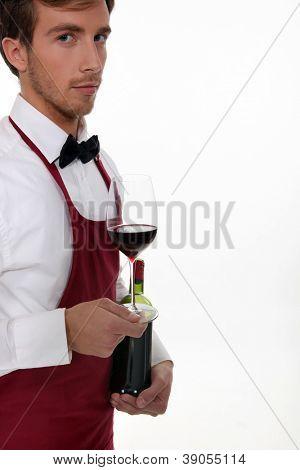 Sommelier mit eine Flasche Wein